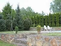 Taras a schůdky k bazénu