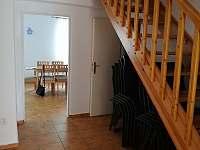 Vstupní chodba se schodištěm - chata k pronájmu Černá v Pošumaví