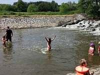 přírodní koupání pro děti přímo u splavu