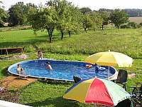 Bazén pohled z terasy - chalupa k pronájmu Kukle