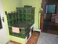 kachlová kamna v kuchyni - chata k pronajmutí Dobronice u Bechyně