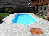 bazén od pergoly