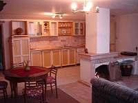 Kuchyně a jídelní stůl - apartmán k pronajmutí Lišov