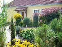 Apartmán č.1 - pohled z okrasné zahrady - chalupa k pronajmutí Lutová