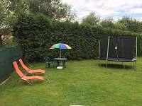 Trampolína na zahradě - chalupa k pronájmu Turovec