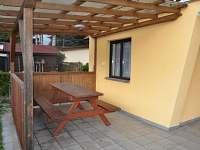 Krytá terasa s posezením - chata k pronájmu Planá nad Lužnicí