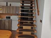 Schodiště do 1.patra - pronájem chaty Planá nad Lužnicí