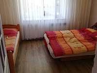 . Druhý pokoj apartmánu číslo 2 o kapacitě 3 lůžek - k pronájmu Stříbřec