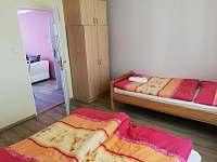 2. Pokoje apartmánu číslo 2 o kapacitě 3 lůžek pohled od okna - Stříbřec