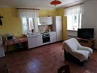 Kuchyň s posezením a krbem 1 apartmán - pronájem Stříbřec