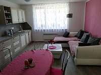 Kuchyně s posezením z pohledu druhého pokoje a pak mámu číslo 2 - Stříbřec