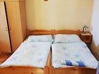 Pohled na druhý pokoj apartmánu číslo jedna z možností využití manželské postele - pronájem Stříbřec