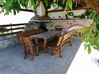 Pohled na pergolu s posezením kámen na grilování - apartmán k pronájmu Stříbřec