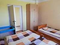 Pokoj apartmánu číslo jedna kapacita 3 lůžka + dětská postýlka - k pronájmu Stříbřec