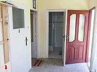 Předsíň apartmánu číslo 1 pohled od okna. - ubytování Stříbřec