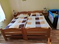 První pokoj apartmánu číslo 1 o kapacitě 3 lůžek + dětská postýlka - Stříbřec