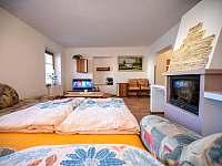 obývací pokoj s rozloženým gaučem - rekreační dům k pronajmutí Třeboň