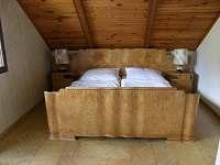 Manželská ložnice s balkonem