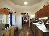Kuchyň je propojena se síní s krbem a pecí - chalupa k pronajmutí Dobešice