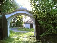 Pohled z vjezdových vrat na náves s kapličkou - Dobešice