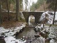 Potok s kamenným mostem, cca 30 min. po lesní cestě směrem k Orlíku