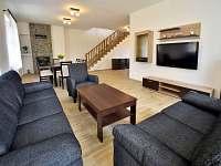 Obývací pokoj s jídelnou a krbem - rekreační dům ubytování Turovec