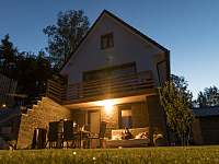 Lipno - studio - zahrada a posezení večer -