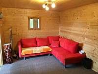 Obývací pokoj s rozkládacím gaučem - chata k pronájmu Lipno nad Vltavou - Kobylnice