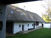 Chalupa Žďár - Pohled na zápraží od stodoly