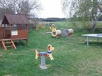 Dětské hřiště 20m od rodinného domu - chata k pronájmu Mláka