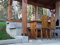 Venkovní pergola s krbem - chata k pronájmu Lojzovy Paseky