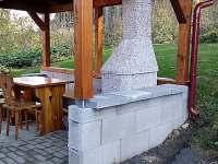Venkovní pergola s krbem - chata ubytování Lojzovy Paseky