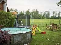 bazén a pohled na jižní stranu - pronájem chaty Vodňany