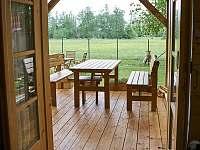 pohled z kuchyně na terasu - chata ubytování Vodňany
