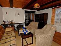 Lipno chata - obývák s krbem