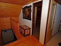 Lipno chata - v patře se nachází dva pokoje a šatna