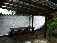 Lipno chata - venkovní sezení pod pergolou
