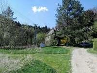 Příjezd, pohled na dům - chalupa k pronajmutí Křída