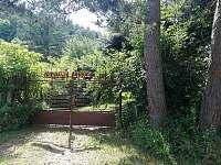 Vjezd, vstup - brána (nově) - chalupa k pronájmu Křída