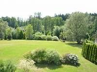 zahrada s řekou v povzdálí