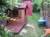 pískoviště,domeček,vzadu dřevník