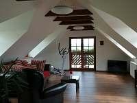 Horní apartmán s balkonem obývací pokoj