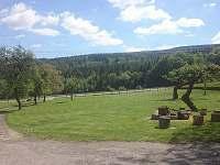 příjezd k domu po vlastní cestě/ udržovaná zahrada s venkovním posezením