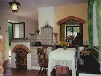 Apartmán Eda kuchyň s plátovými kamny