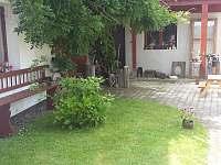společný dvůr - vchody do všech apartmánů - chalupa ubytování Třeboň - Branná