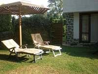 Odpočinek pod slunečníkem - chata k pronájmu Roudná