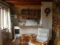 pohled do kuchyně - pronájem chaty Roudná