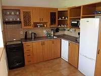 Vybavená kuchyně - chalupa ubytování Dírná