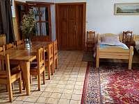jídelní stůl v apatmentu 1 - chalupa k pronajmutí Olešnice u Trhových Svinů