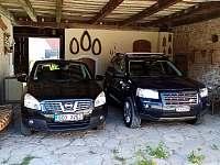 kryte parkování v uzavřeném dvoře - chalupa k pronájmu Olešnice u Trhových Svinů